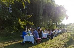 gasten aan tafel in de wijngaard
